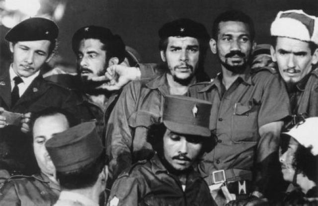 Он присоединился к Кастро и революционному движению и вскоре вступил в его революционный отряд.