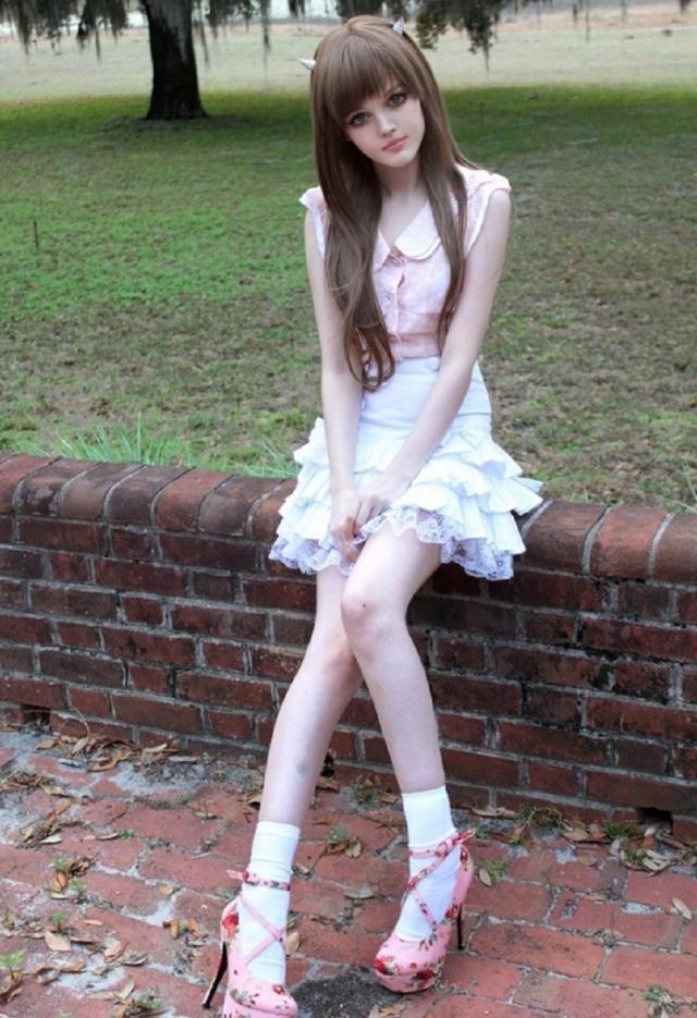 Проживая в Сан-Франциско, она стала популярной на Tumblr, а ее видеоуроки макияжа пользовались успехом у поклонников YouTube.