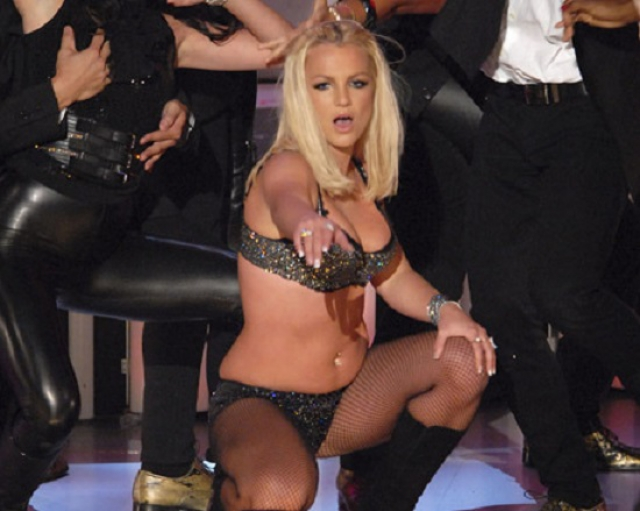 Кроме того концертный костюм был ей явно не по размеру.