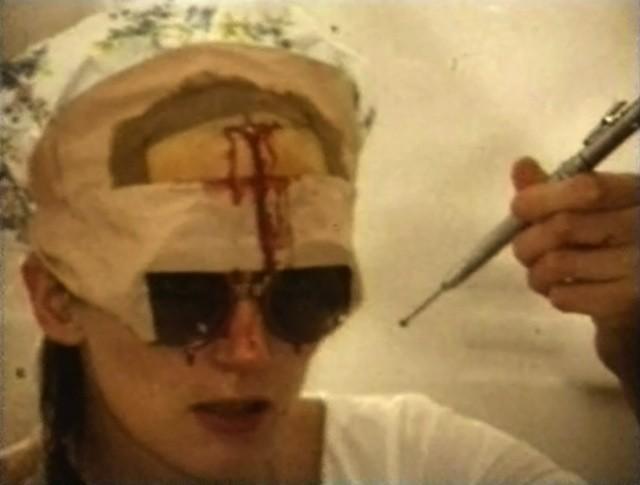Ей понадобилась дрель, управляемая ножной педалью, а также защитные очки, чтобы кровь не залила глаза.