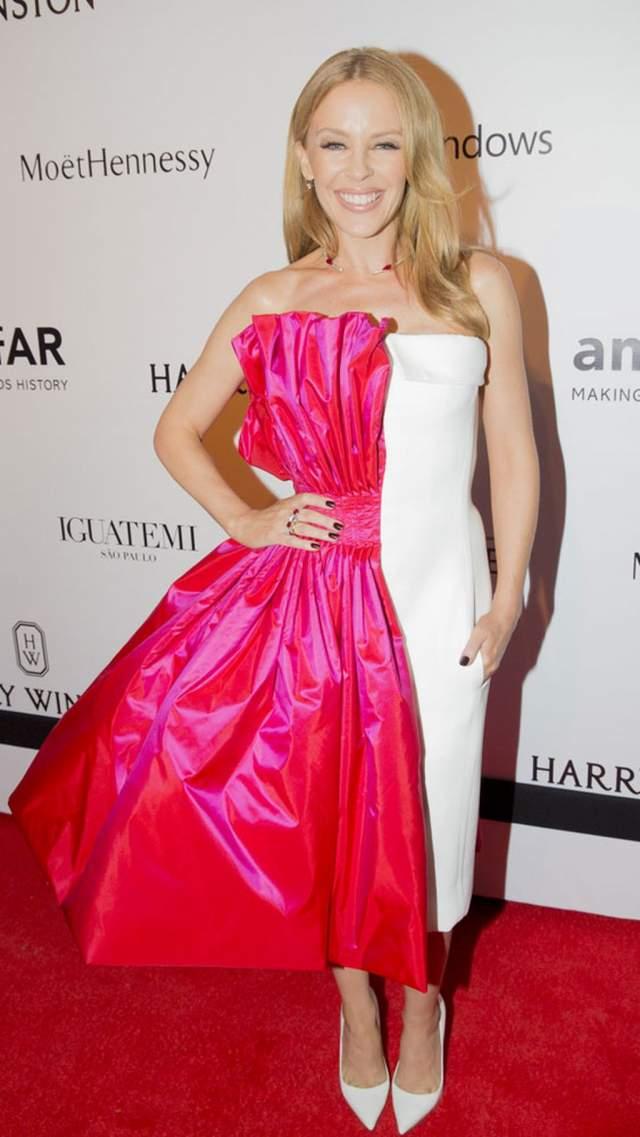 Кайли Миноуг не могла выбрать между двумя платьями и собрала из них одно.