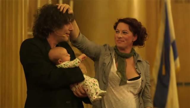 Был в ее творчестве момент, когда она представила публике клип про лобковую растительность. Однако это никак не отражалось на личной жизни артистки - она по-прежнему в браке с Гейманом, у них в 2015 году родился сын.