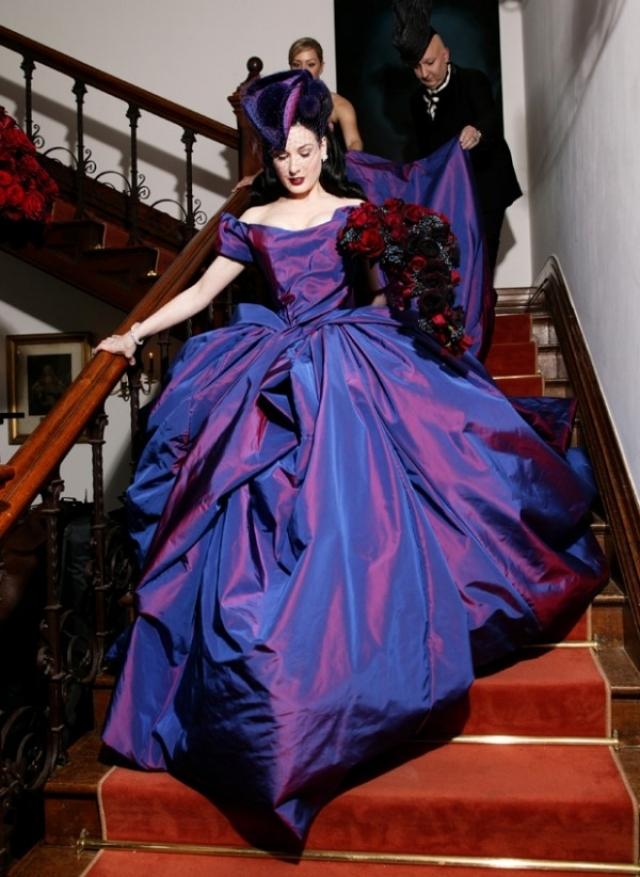 Дита Фон Тиз. Для клятвы верности Мэрилину Мэнсону королева бурлеска выбрала сине-фиолетовое свадебное платье, а все потому, что жених мечтал о том, чтобы его свадьба напоминала ритуал погребения.