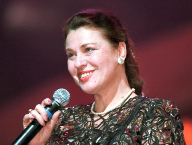 Валентина Толкунова. В 1964 году девушка поступила на дирижерско-хоровое отделение Московского государственного института культуры, а в 1966 году прошла по конкурсу в вокально-инструментальный оркестр, в котором она была солисткой и исполняла песни под джазовую музыку.