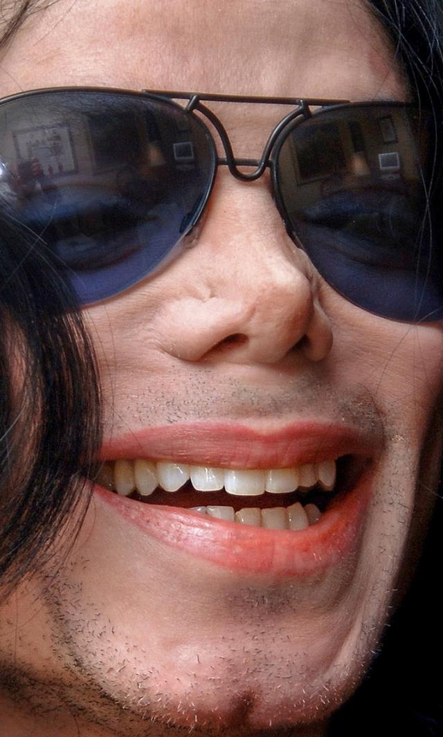 """А вот ринопластику Майкл делал много раз. Для певца его собственный отец нередко использовалось прозвище """"Большой нос"""", которое глубоко его ранило."""