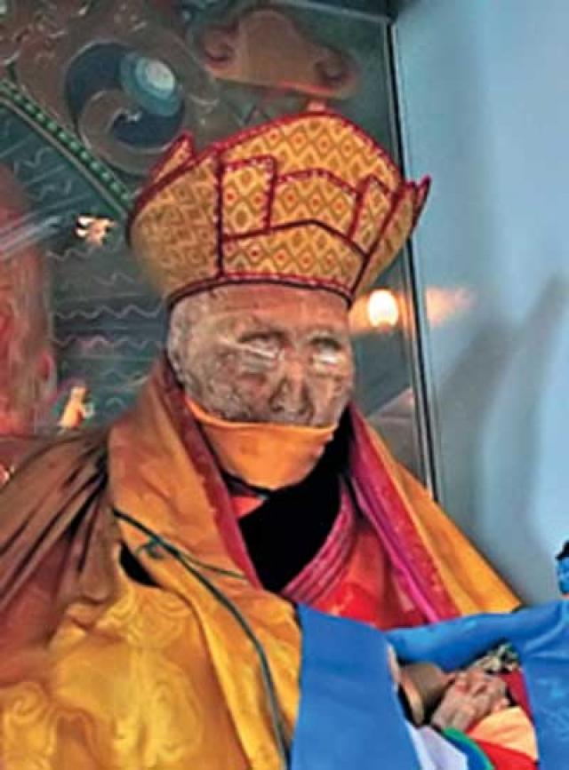 Российские судмедэксперты на протяжении длительного времени исследовали тело Итигэлова, не обнаружив перемен в тканях, а все внутренние органы ламы необъяснимым образом сохранились.