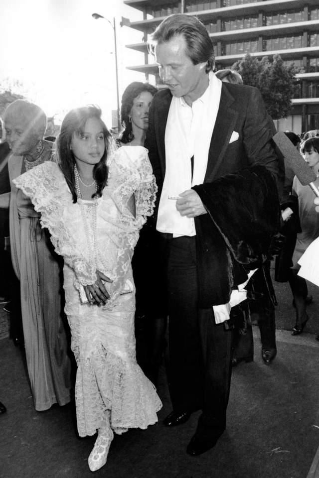 11-летняя Анджелина Джоли с отцом Джоном Войтом на церемонии вручения премий Американской киноакадемии в 1986 году.