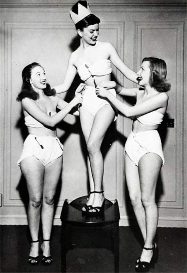 Бетти Баретт, мисс пеленка - 1947. Одним из заданий на этом конкурсе было дефиле в самодельных подгузниках. Конкурс проводил Институт обслуживания пеленок Америки.