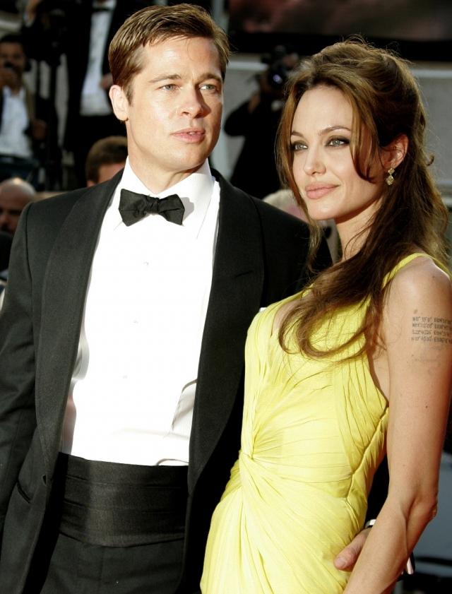 Анджелина Джоли. Когда актриса познакомилась с Брэдом Питтом, он уже состоял в браке с Дженнифер Энистон. Влюбленные довольно долго делали вид, что между ними ничего не происходит, и вообще быть такого не может.