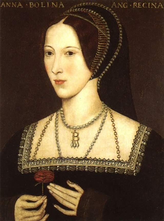 И тут он встретил Анну Болейн, на которой он захотел жениться. Однако Папа Римский не давал ему разрешения на развод. Тогда король разорвал все связи с католической церковью, развел себя и женился на Анне.