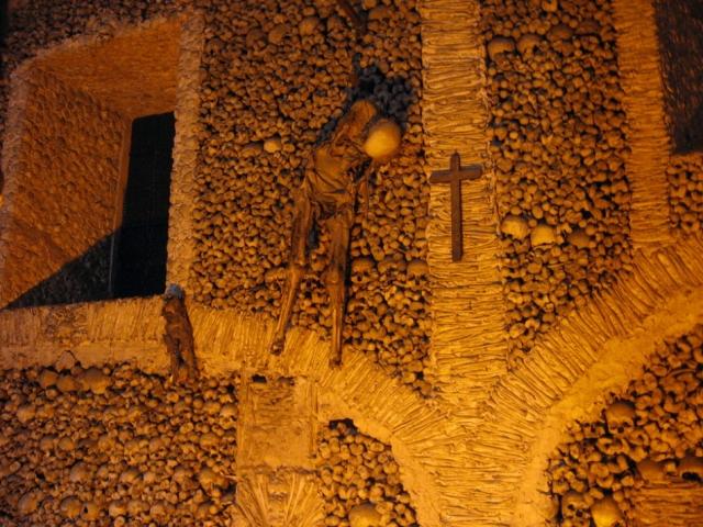Часовня костей, Португалия. Капелла была построена в XVI веке монахом-францисканцем. Сама часовня небольшая — всего 18,6 метра в длину и 11 метров в ширину, но здесь хранятся кости и черепа пяти тысяч монахов.