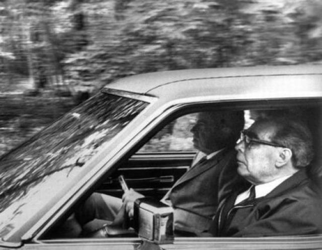 Роскошный голубой седан был преподнесен Брежневу в Кемп-Дэвиде ,во время визита в США. В авто была и климатическая установка, и электрорегулировка кресел, и музыкальный центр. Увидев суперкар, Брежнев тут же решил прокатиться с ветерком в компании президента США Никсона.