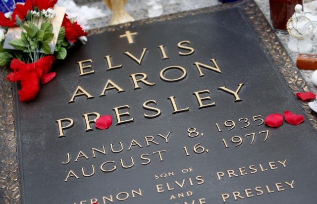 Согласно данным социологического опроса около трети населения США считает, что Элвис жив, а в его могиле лежит восковая кукла.