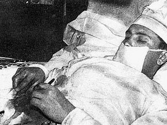 Работники станции, не имевшие никакого медицинского образования, подавали доктору хирургический инструмент.
