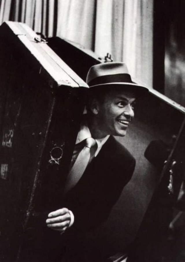 """Фрэнк Синатра. 1915-1998. Его звали """"Фрэнки"""", """"Голос"""", """"Мистер Голубые Глаза"""", """"Председатель"""". За 50 лет активной творческой деятельности записал около 100 популярных дисков-синглов и исполнил самые известные песни крупнейших композиторов США — Джорджа Гершвина, Кола Портера и Ирвинга Берлина."""