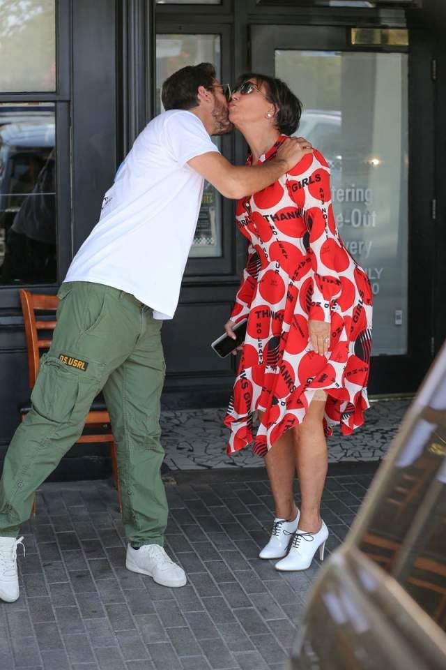 Крис Дженнер попалась на ношении довольно длинных корректирующих штанишек летом 2017.