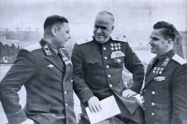 """Ходили слухи, будто Покрышкин и Кожедуб """"ревновали"""" небо друг к другу, но это неправда: они воевали на разных фронтах и познакомились уже после войны."""