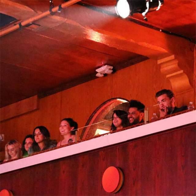 25-летняя актриса и певица Селена Гомес и 27-летний канадский музыкант The Weeknd побывала на популярном комедийном шоу в Laugh Factory в Лос-Анджелесе.