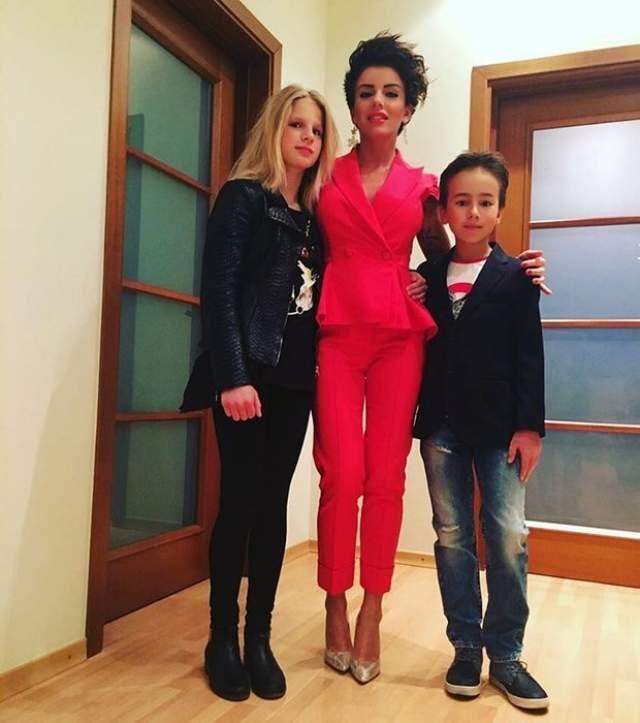Волкова начала сольную карьеру. Еще в 2004 году она родила дочь Викторию, а спустя три года стала женой сына бизнесмена, Парвиза Ясинова, которому родила сына Самира.