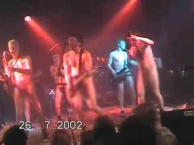 Во время гастролей в Нюрнберге в 2002 году группа в полном составе вышла на сцену в чем мать родила.