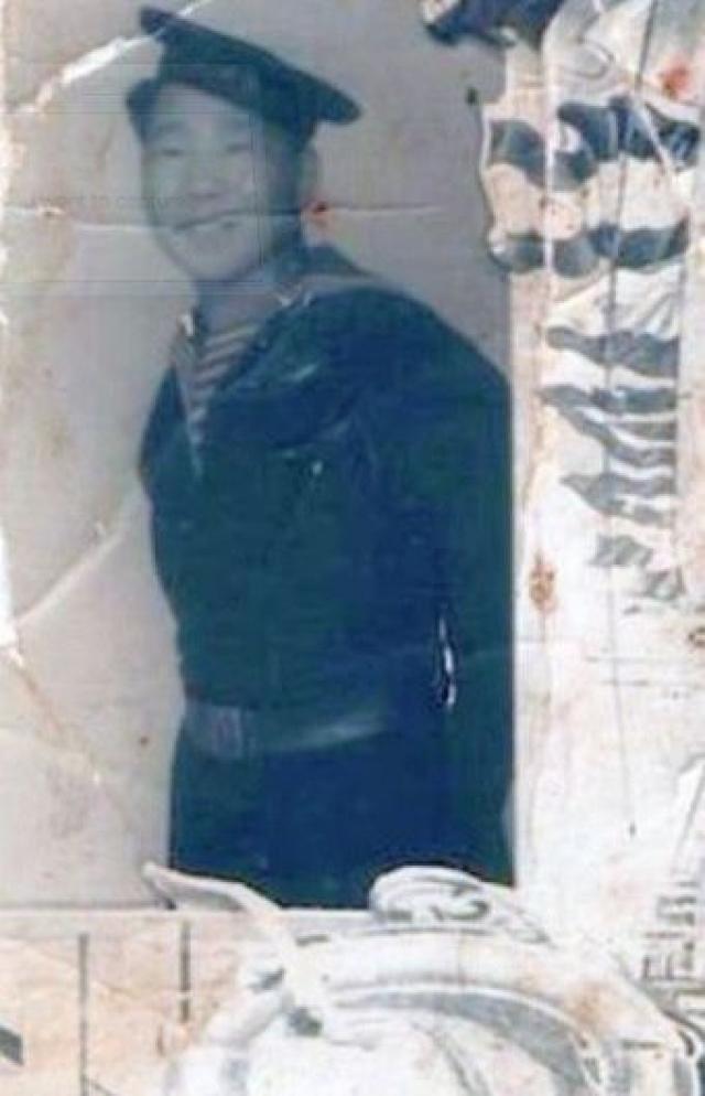 Тетя воспитывать мальчика не захотела и сдала в интернат. Оттуда в 1943 году 14-летний Кола сбежал на фронт. Матросы взяли мальчика во Владивосток, там он стал юнгой на Тихоокеанском флоте, участвовал в боях и пел в художественной самодеятельности.