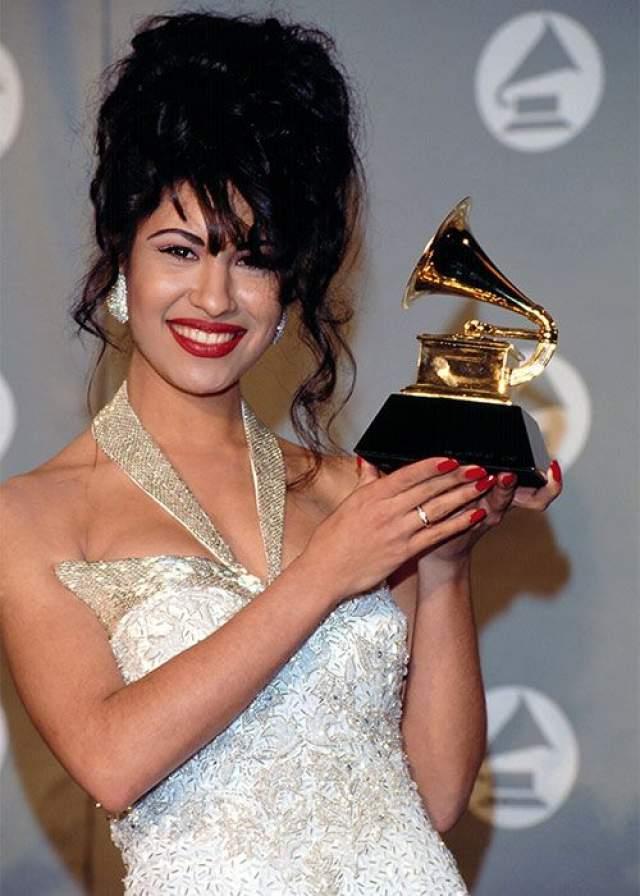 В 16 лет ей вручили награду за лучший женский вокал на премии Tejano Music Awards, после чего ей предложила контракт крупная звукозаписывающая компания.