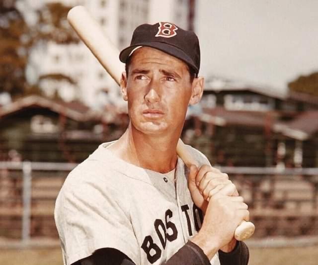 """Тед Уильямс. Когда 83-летний экс-бейсболист """"Бостон Ред Сокс"""" скончался, его тело также было доставлено в центр криогеники """"Алькор"""", где и подверглось криогенной заморозке."""