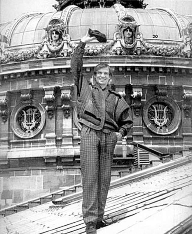 Рудольф Нуреев. Артист балета, находясь на гастролях в Париже, отказался вернуться в СССР, где был осужден за измену родине и приговорен к семи годам заочно. Вскоре Нуреев начал работать в Королевском балете в Лондоне и быстро стал мировой знаменитостью, получив еще и австрийское гражданство.