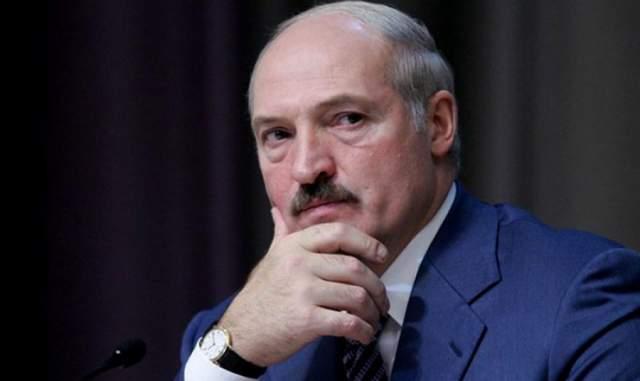 """Александр Лукашенко. Однажды литовские оппозиционеры выступали против визита Лукашенко в их страну транспарантами с надписью """"Усатому въезд воспрещен""""."""