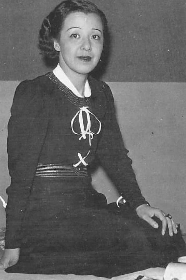 Ёсико Окада, 1902-1992. Одна из первых кинозвезд Японии в 1936 году влюбилась в режиссера Риокичи Сугимото. Будучи коммунистом, он убедил актрису, что настоящим актером можно стать только у режиссера Всеволода Мейерхольда, который на тот момент уже имел проблемы с советской властью.