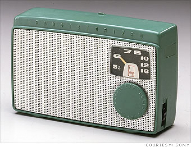 Карманное радио. Транзисторный приемник Sony выглядел вот так и весил 570 грамм.