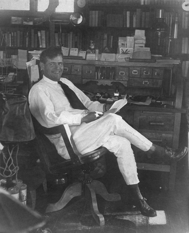 Джек Лондон. Писатель был неимоверным трудоголиком, чем, возможно, и вызвал в себе тягу к спиртному.