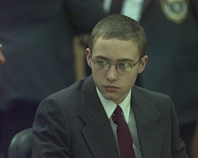 Джошуа Филлипс. 3 ноября 1998 года мать 14-летнего подростка убирала его комнату, когда обнаружила мокрое пятно под кроватью.