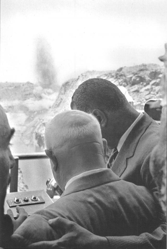 Это Хрущев и президент Египта Гамаль Абдель Насер взрывают перемычку на плотине Асуанской ГЭС в Египте.