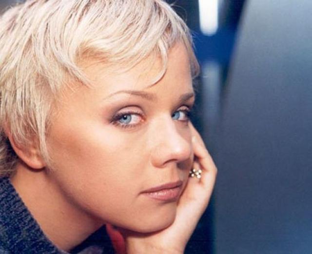 """Лена Перова. Начало творческой жизни Елены Перовой тесно связано с группой """"Лицей"""". В 1997 году Перова была уволена из трио за нарушение условий контракта о запрете участия в сторонних проектах."""