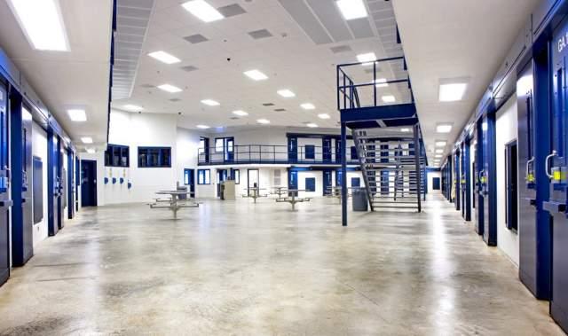 На питание одного заключенного в этом комплексе выделяется $2,70 в день, а в камерах можно посмотреть телеканал Discovery.