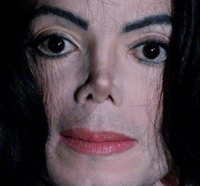 В конце-концов, внутренние демоны и многочисленные операции сделали несчастного Майкла непохожим не только на себя, но и на естественно выглядящего человека.