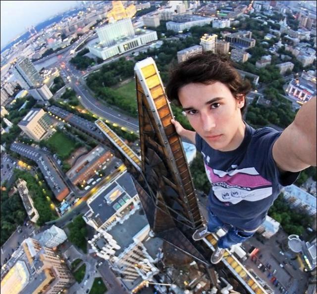 Кирилл Орешкин продвигает свои аккаунты в Instagram и на Facebook за счет экстремальных селфи с высотных зданий, мостов и гигантской звезды на крыше высотной башни.