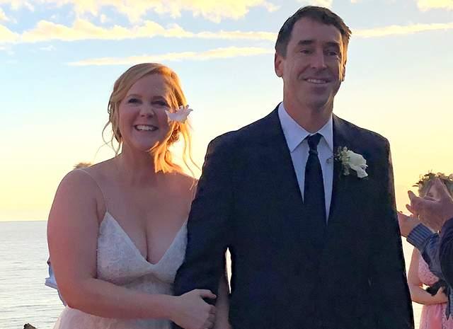 Эми Шумер и Крис Фишер. Американская стендап-комедиантка и актриса тайно вышла замуж за известного шеф-повара в феврале 2018-го через несколько месяцев после знакомства.