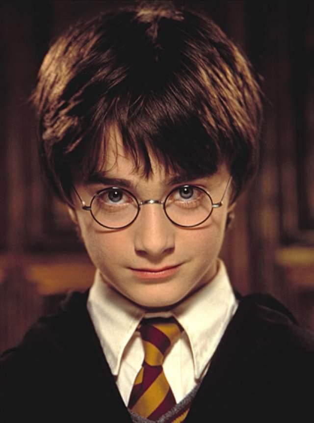 Дэниел Редклифф - серия фильмов о Гарри Поттере (2001-2011). Сыгравший главного героя мальчик в 12 лет заработал свой первый миллион.