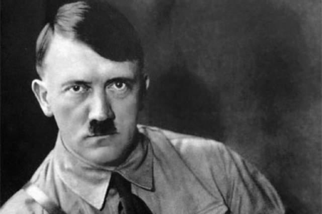 """Адольф Гитлер. Долгое время многие историки считали, что фюрер носил усы """"щеткой"""", следуя моде. Этот миф развеял писатель Александр Фрай, служивший вместе с Гитлером. Как и всем остальным сослуживцам, Гитлеру приказали подрезать усы, потому что они могли помешать надеть противогаз."""
