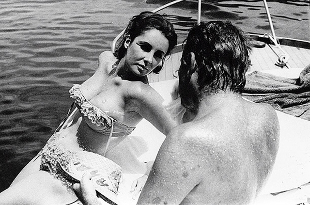 Оба актера состояли в браке, но это не стало помехой их романтическим отношениям. В один прекрасный момент пару застукали папарацци, после чего Элизабет подала на развод, чтобы провести следующие десять лет в браке с Бертоном.