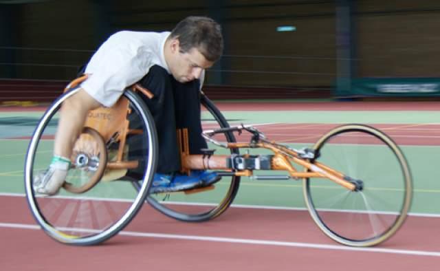 Ронни до сих пор прикован к инвалидному креслу, единственное, чего удалось добиться молодому человеку с помощью врачей - возможность двигать руками.