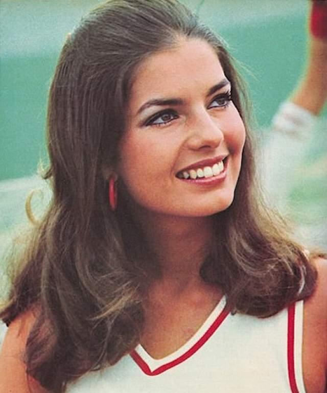 """После окончания университета в Алабаме Уорд работала в Нью-Йорке моделью на презентациях и снималась в рекламе косметики """"Мейбеллин""""."""
