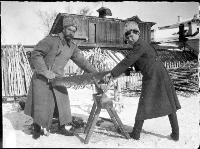 В Тобольске, в заключении царская семья всегда оставалась занятой: Государь колол дрова, чистил снег, работал в саду.