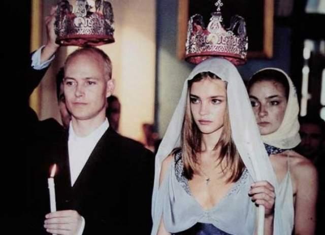Первым мужем Натальи стал Джастин Портман, с которым они родили троих детей, но позднее развелись - в 2011 году. А Водянова не торопится снова надеть кольцо на безымянный палец.