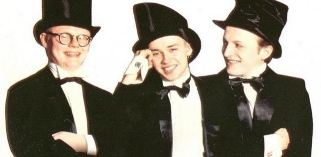"""""""Мальчишник"""". Российское хип-хоп трио было образовано в 1991 году продюсером Алексеем Адамовым. Первые же альбомы """"Мальчишника"""" """"Секс без перерыва"""" и """"Поговорим о сексе"""", выпущенные студией """"Союз"""" в 1991 и 1992 годах, принесли бойз-бэнду невероятную популярность по всей стране."""