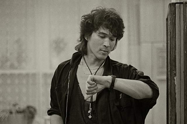 """Виктор Цой. 15 августа 1990 года в 12 часов 28 минут рок-музыкант погиб в автокатастрофе на 35 километре трассы """"Слока - Талси"""" под Тукумсом в Латвии."""