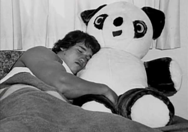Арнольд спит с игрушечной пандой, 1960-е.