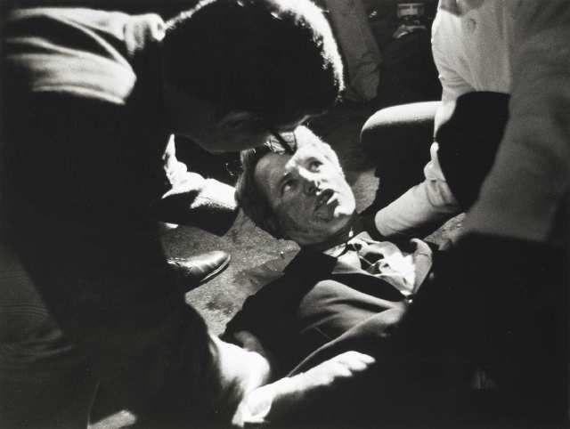 Роберт Кеннеди. После речи, произнесенной в Лос-Анджелесе, политика застрелили. На фото попали последние мгновения его жизни.
